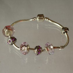 Pandora-style armband met licht roze facetbedels